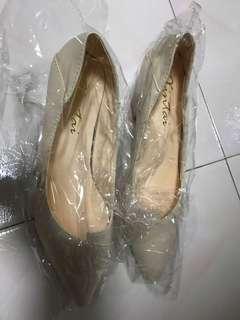 🚚 Beige pointed toes heels