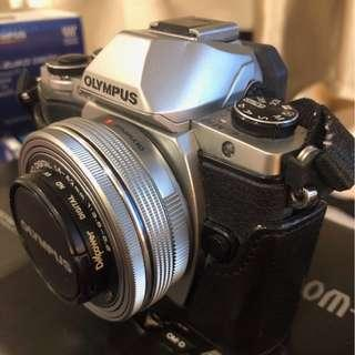 🚚 Olympus OM-D EM10 with 14-42mm lens and leather cover