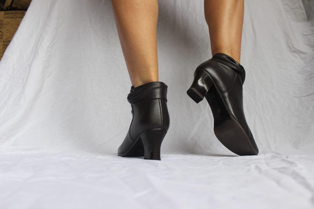 True vintage dark chocolate chunky block heel ankle boots