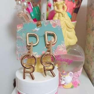 金色英文字母吊耳環 全新
