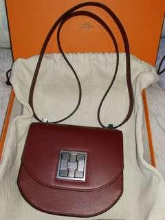 Mozaique Au 24 Mini ( the picture of the lady n the bag is for Reference Only and it's not referring to the same bag which meant for sell.)
