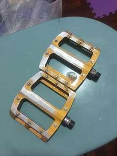 selling Flat pedals in good condition