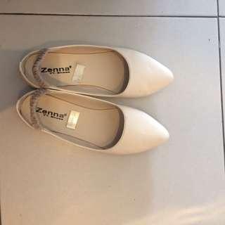White flatshoes