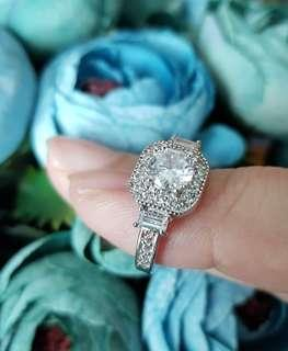 BN Gorgeous Vintage Design CZ Solitaire Halo Ladies Ring With Beautiful Details