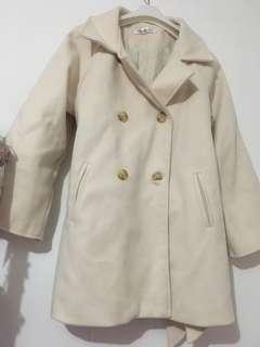 米白色外套