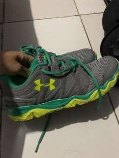 Underarmour women shoes. Ada yg bolong. Bs di benerin overall msh OK bgt!! Original