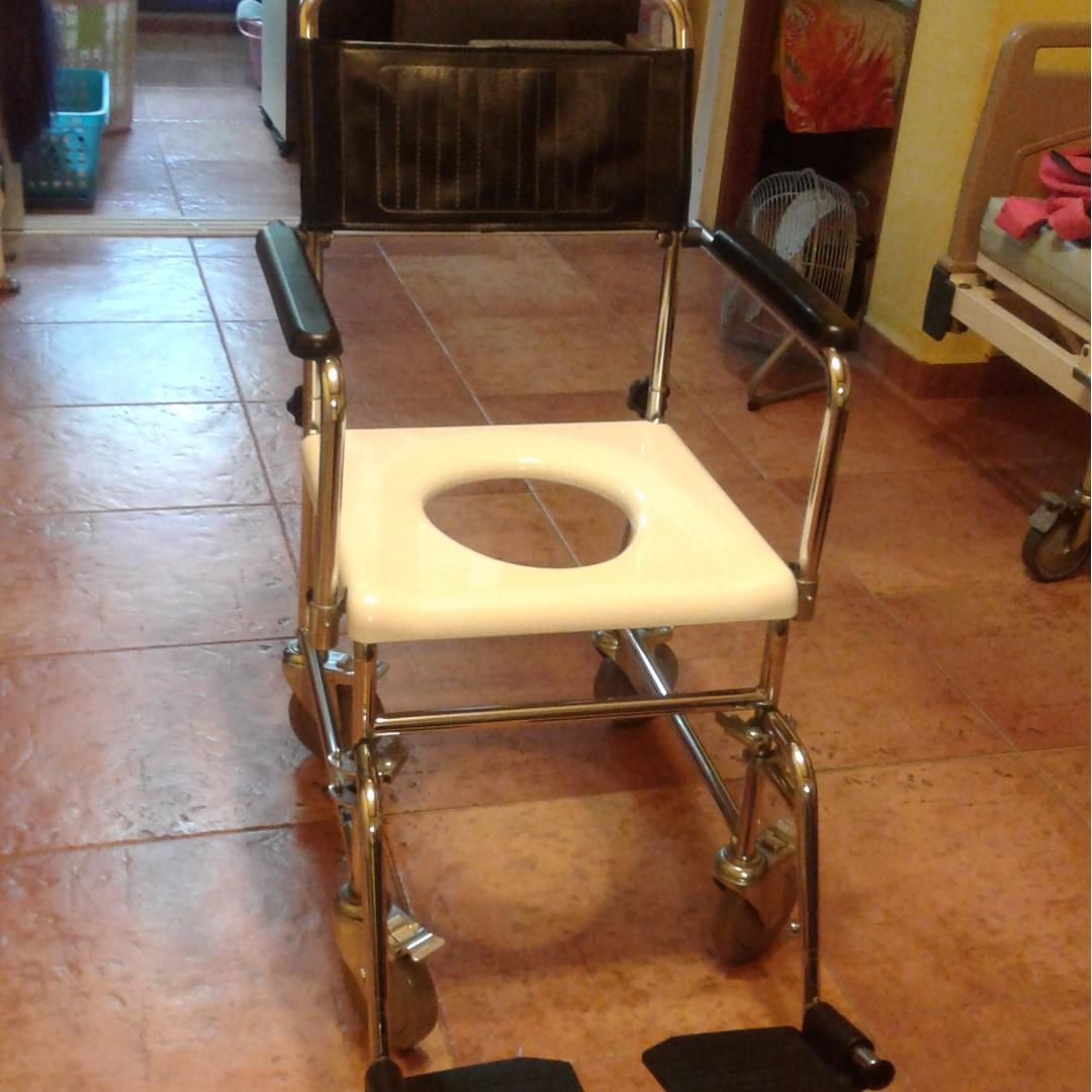 Commode chair with detachable arm and leg rests