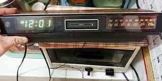 1978年 LED螢光跳字時鐘,收音機,卡式機,三合一功能喇叭Meriton Cassette clock stereo座枱機,附註: led跳字時鐘沒有問題可以調教及顯示,收音機部分沒有問題可以使用,面部兩個喇叭亦都可以使用,卡式錄音帶機,因存放太久已經壞了,如果你能夠修理就修理,合懷舊電器收藏家收藏!
