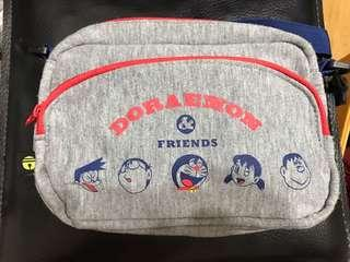 🚚 哆啦A夢日本帶回灰色小方型側背包斜背包童包