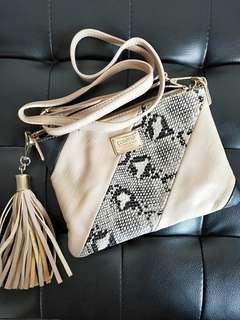 🚚 Colette sling bag