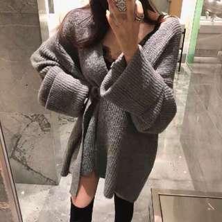 🚚 韓國歐膩同款 性感慵懶寬鬆v領薄款毛衣