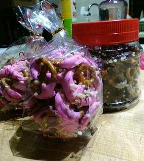 Pretzel Hari Raya chocolate, strawberry flavor,white chocolate and dark chocolate.Jom order.
