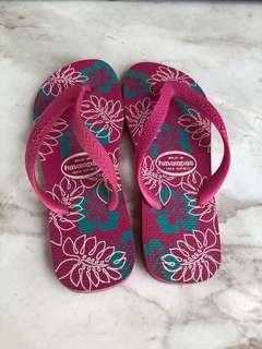 Havaianas flipflops in magenta purple tropical print.
