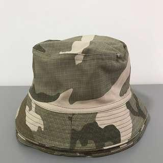 🚚 Vintage camo bucket hat (sandy/green)
