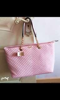 (DON'T BUY IF YOU HAVE DOUBTS THANKS!)(NO INSTOCKS!)Preorder Authentic victoria's secret chain handbag*waiting time 15 days after payment is made*chat to buy to order