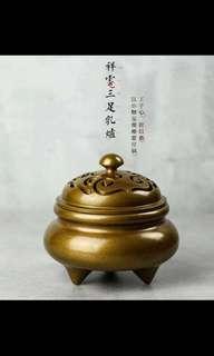 【 祥云三足乳炉 】材料:黄铜 表面仿古皮色 直径10cm 高9cm 口径7.2cm 重:1180g 适合于点2/4小时的盘香,打香篆。                                                                编号670