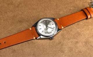 古董Rolex 1603全鋼自動日曆天文台男庒手錶。 二手港幣$18800  原裝wide boy銀色T SWISS T 面原裝無返寫。  塑膠上蓋,鋼牙圈,原裝錶的。 直徑36mm,不包括表的量度。  勞力士1570自動機芯。功能正常。💪非原庒全新手造皮表帶,非原庒扣。 手錶S/N 2xxxxxx冇盒冇紙。 有意pm