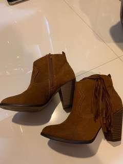 🚚 Brown boots with fringe