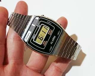 1975年Crown電子手錶,直徑34 mm保存至今運作正常,配上精工錶帶,合懷舊手錶收藏家收藏。