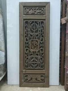 Old wooden window. 舊窗門。