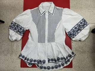 🚚 White cotton blouse with collar and embroidery.