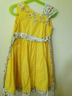 🚚 Yellow floral dress