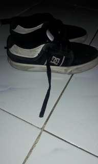 Sepatu anak unisex DCSHOECOUSA YOUTH warna hitam