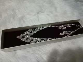 Elegant necklace with earrings