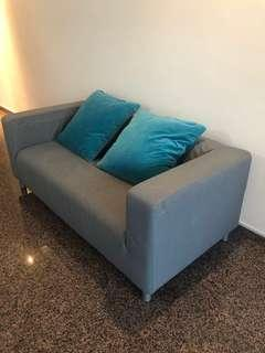 🚚 Sofa with 2 large pillows