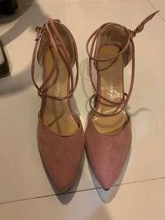 🚚 Pink heels