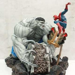 Sideshow Collectibles Grey Hulk vs Spider-man Diorama Exclusive