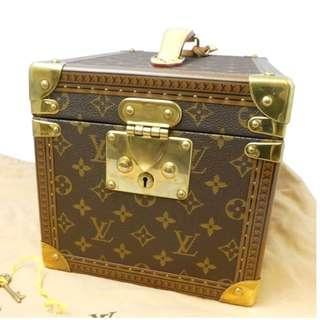 Super attractive LV LOUIS VUITTON 路易威登化妝箱NEW PRICE 四萬元,NOW一萬五千元出售.不作網上回覆,有誠意請直接來電查詢