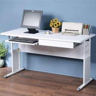 C01_1259☆免運費☆書桌亮白+飾板設計~2.5cm厚桌面防潑水時尚白(寬140 x 深 60)單抽工作桌+鍵盤架
