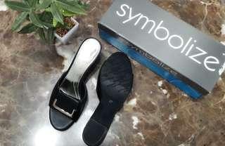 Sandal merek Symbolize