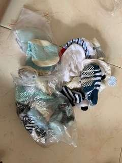 🚚 Baby items - socks and mittens various