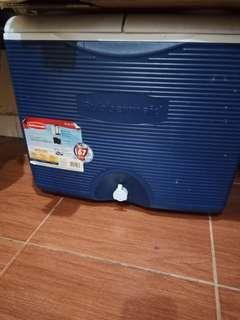 GARAGE SALE!! coolerbox Rubbermaid 42 L