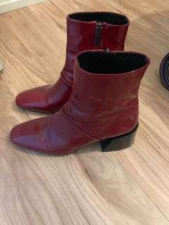 NEVER WORN L'Intervalled patent leather boots