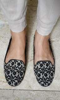 Sepatu Flat Black Floral