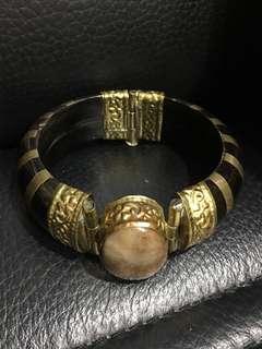 銅雕 髦牛角 鑲玉石  手環