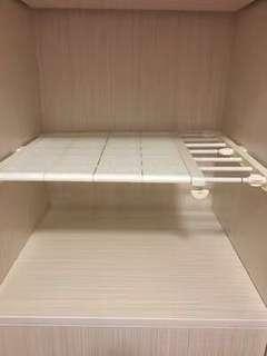 Closet stretchable shelves