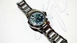 2000年鐵腕小飛俠,電子時計,保存至今,時針分針秒針及日曆運作正常,直徑36mm,付註: 因更換新電池後,但我沒有壓錶蓋器,所以錶蓋關不上, 所以你購買後,去街邊更換電池修理手錶檔口,叫他們幫你壓上表蓋.!