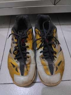 Yonex black yellow shoes