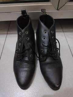 Black retro boots