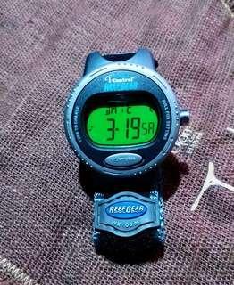 """美國80年代Timex功能電子跑步時計""""直徑41 mm連原裝錶帶,手錶圓形位置旋轉選項及兩個功能掣,有夜光功能及反光錶面,WR100M防水功能""""手錶是個人收藏所以非常之新約 90%全新因為好少配戴""""收藏35年以上""""合手錶收藏迷收藏."""