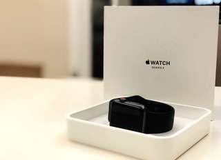 Apple Watch Series 3 (GPS+行動網路) 42公釐太空灰色鋁金屬錶殼搭配黑色運動型錶帶