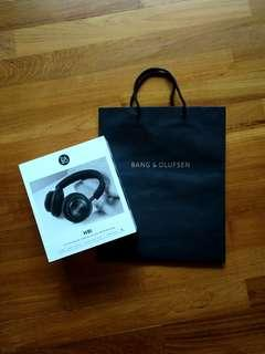 Beoplay H9i with hardcase by Bang & Olufsen