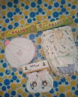 Celana , topi dan kaos tangan kaki bayi