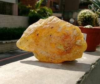 🚚 天然超冰透蜜臘黃金琥珀原礦擺件/100%純天然無人為加工過,用手搓揉香味十足,重約240公克,珍藏品便宜出清1288元