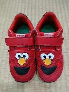 9成新 PUMA 男/女童可愛芝麻街造型紅色運動鞋 內長15.5cm $209~因為還要穿襪子,建議腳長14.5cm以下穿。PUMA的鞋子都好穿又好搭的,小孩腳大的快,穿沒多久就不能穿了,賣價很划算哦,走過路過不要錯過~