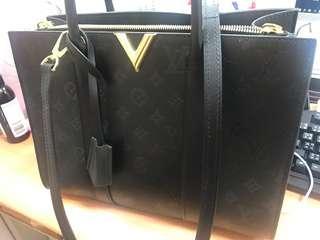 LV 黑色方包,9.5成新專櫃購買,沒保證書,LV都沒附保證書別問了,購買證已不見,原價100000,現價30000出清,有興趣再問,謝謝